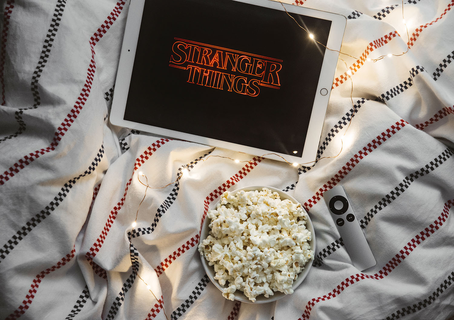 Bästa tv-serierna 2016 / iPad Pro with Stranger Things on Netflix in bed with popcorn