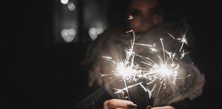 Nyårslöften / New Year's resolution - Happy girl holing sparkler