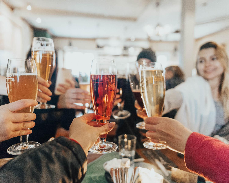 Skål med Stallhagen lokal öl & Amalias limonad på restaurang Stallhagen