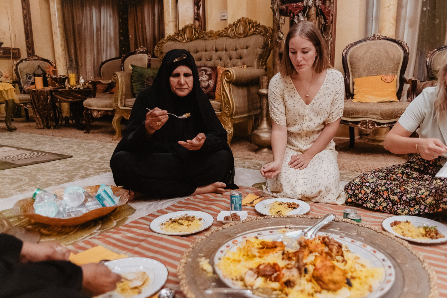 Traditional Emirati Meal, Dining on the floor