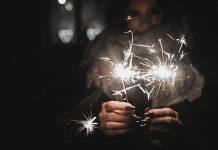 Nyårslöften / New Year's resolution - Happy girl holing sparkler