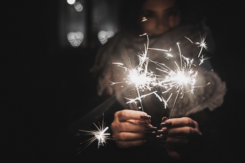 Nyårslöften / New Year's Resolutions 2017 - Happy girl holing sparkler