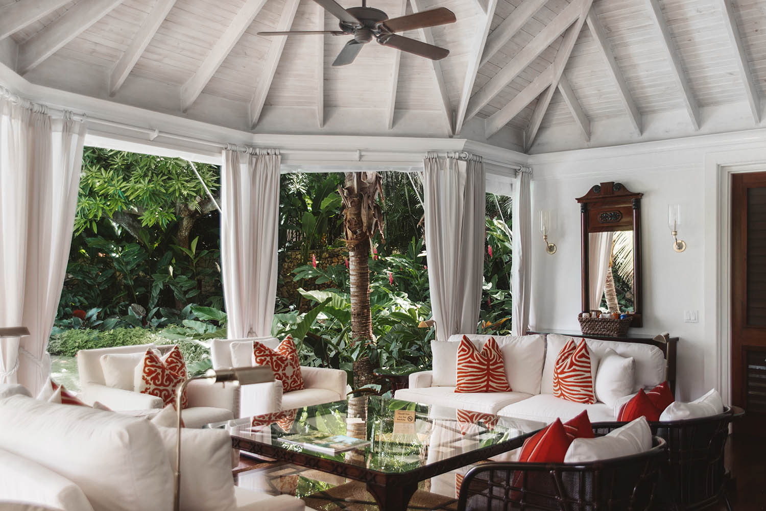 Round Hill - Paradise room outside