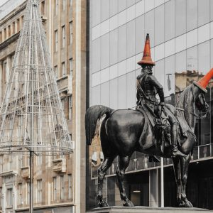 Statyn Duke of Wellington i Glasgow - med en trafikkon som hatt