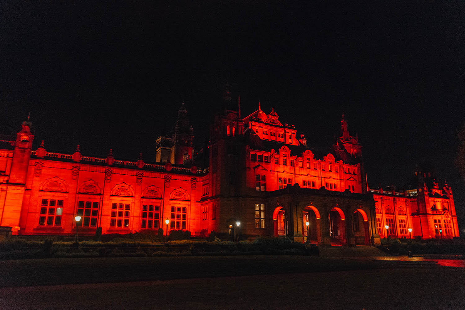 The Glasgow Kelvingrove Art Gallery and Museum upplyst på kvällen