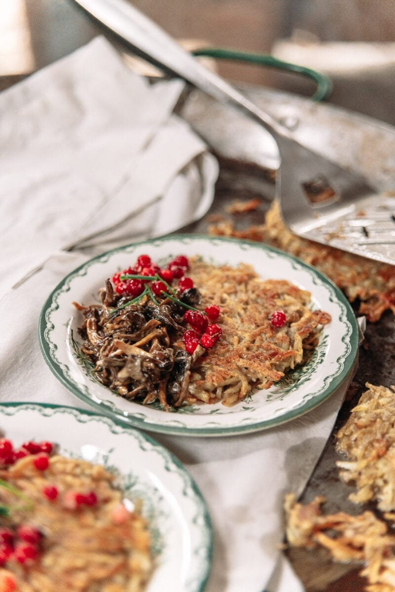 Hash browns with mushrooms and lingonberries, Ströms Catering.