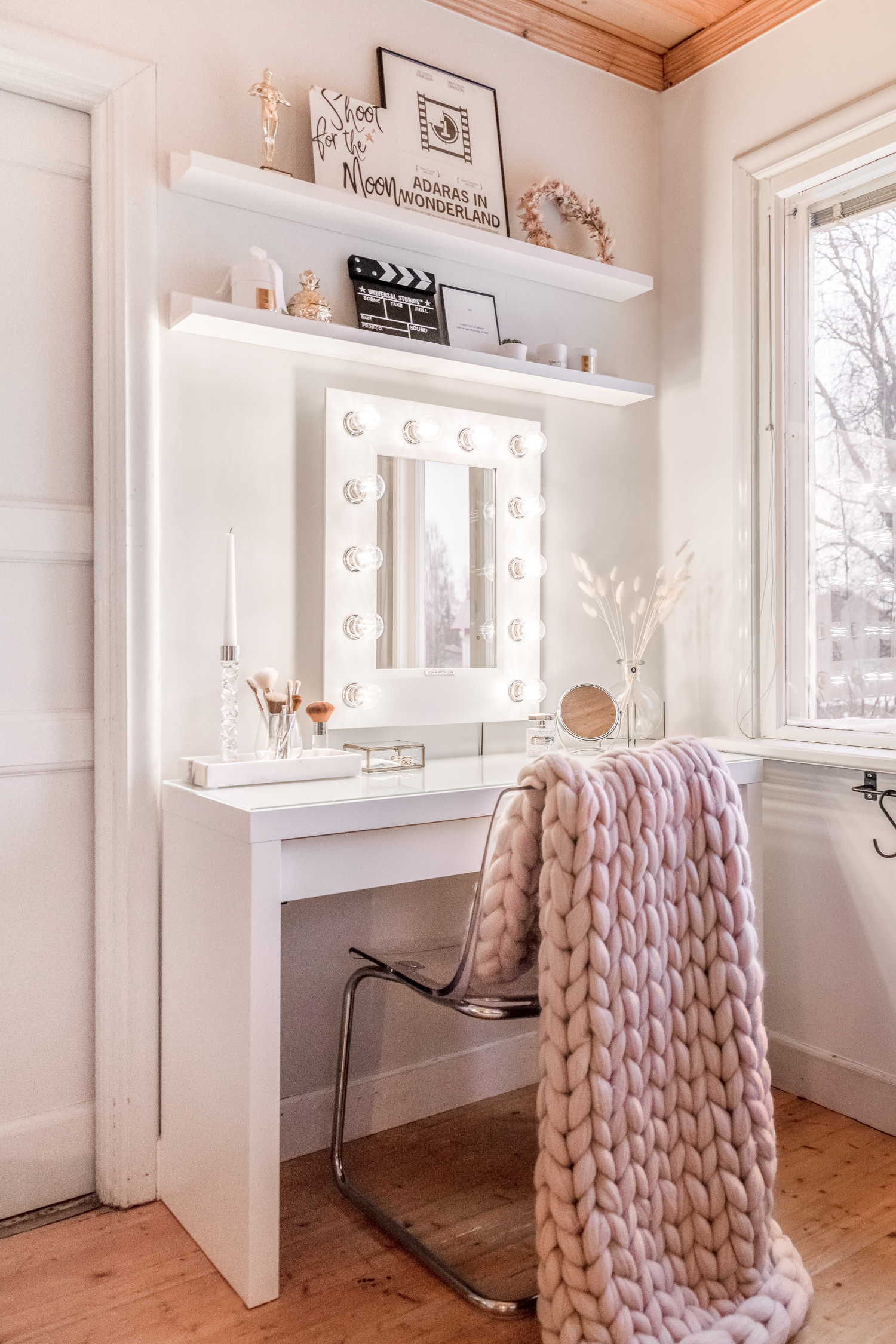 Chunky Knit Throw Blanket & Makeup Mirror with Lights