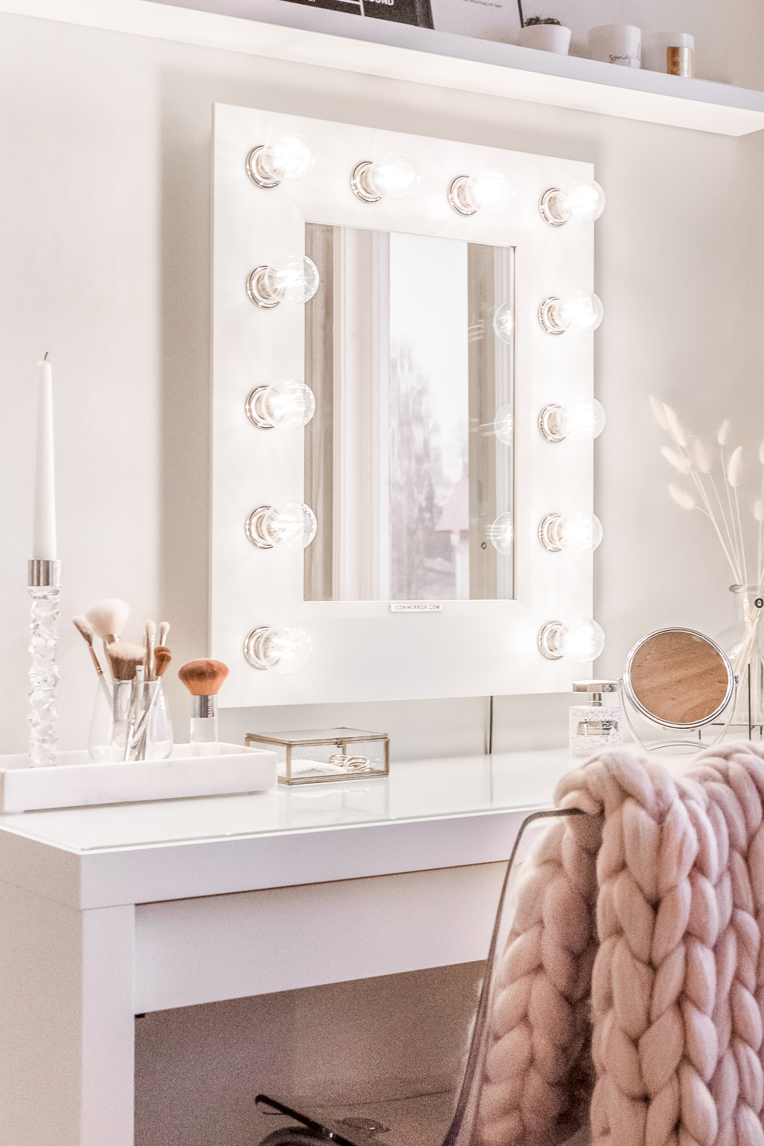 Glamorous makeup corner with makeup mirror with lights + chunky knit blanket
